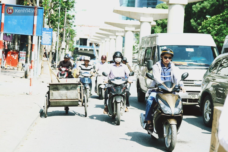 Chùm ảnh: Hôm nay Hà Nội nắng nóng gắt nhất từ đầu mùa, người dân vật vã khi ra đường - Ảnh 2.