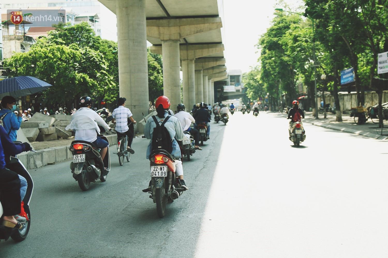 Chùm ảnh: Hôm nay Hà Nội nắng nóng gắt nhất từ đầu mùa, người dân vật vã khi ra đường - Ảnh 3.