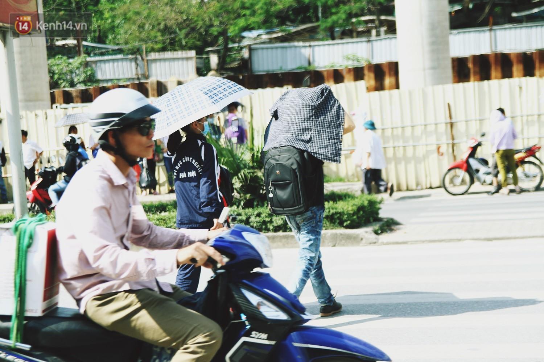 Chùm ảnh: Hôm nay Hà Nội nắng nóng gắt nhất từ đầu mùa, người dân vật vã khi ra đường - Ảnh 6.