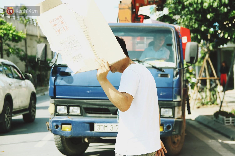 Chùm ảnh: Hôm nay Hà Nội nắng nóng gắt nhất từ đầu mùa, người dân vật vã khi ra đường - Ảnh 8.