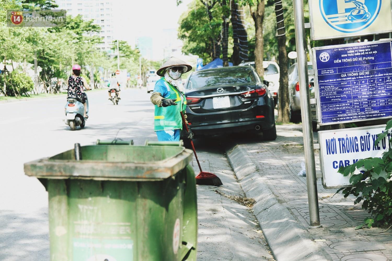 Chùm ảnh: Hôm nay Hà Nội nắng nóng gắt nhất từ đầu mùa, người dân vật vã khi ra đường - Ảnh 10.