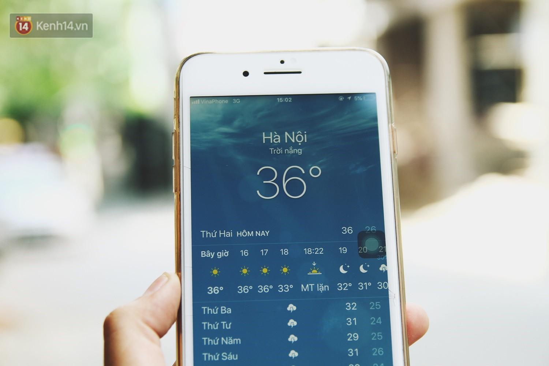Chùm ảnh: Hôm nay Hà Nội nắng nóng gắt nhất từ đầu mùa, người dân vật vã khi ra đường - Ảnh 1.