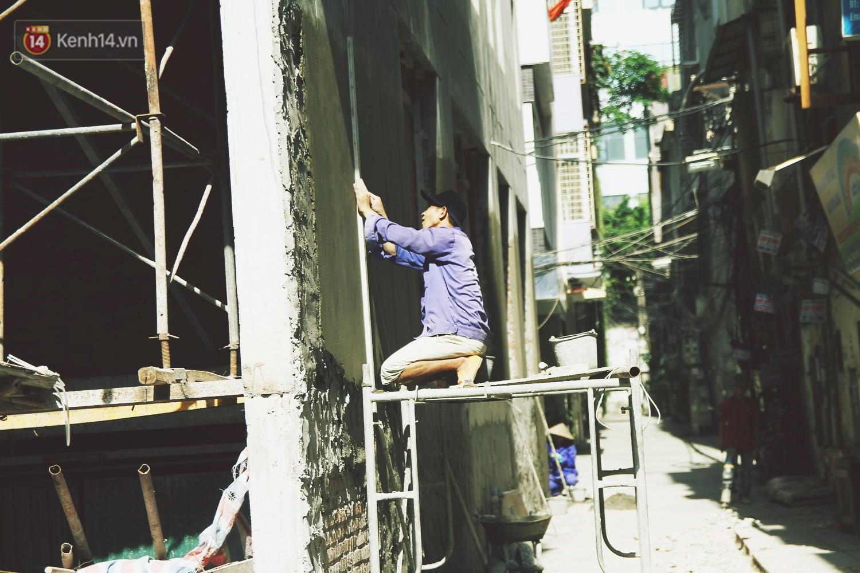 Chùm ảnh: Hôm nay Hà Nội nắng nóng gắt nhất từ đầu mùa, người dân vật vã khi ra đường - Ảnh 11.
