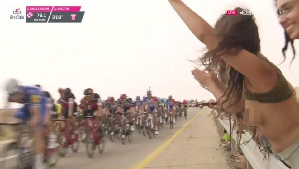 3 cô gái cố tình gây sốc khi khoe ngực trần trên sóng trực tiếp giải đua xe đạp Italia - Ảnh 3.