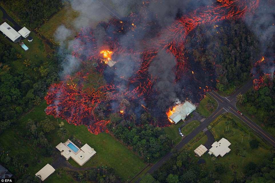 """Dung nham phun trào cao tới 70m, nuốt chửng 30 căn nhà ở Hawaii: cảnh tượng từ trên cao nhìn như """"cổng địa ngục"""""""