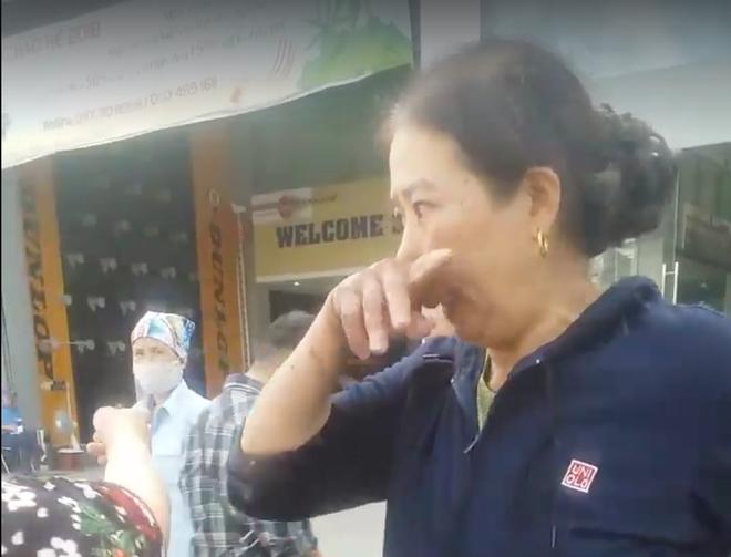Hà Nội: Đánh rơi 20 triệu tiền chữa bệnh trên taxi, người phụ nữ may mắn được tài xế tốt bụng trả lại 2