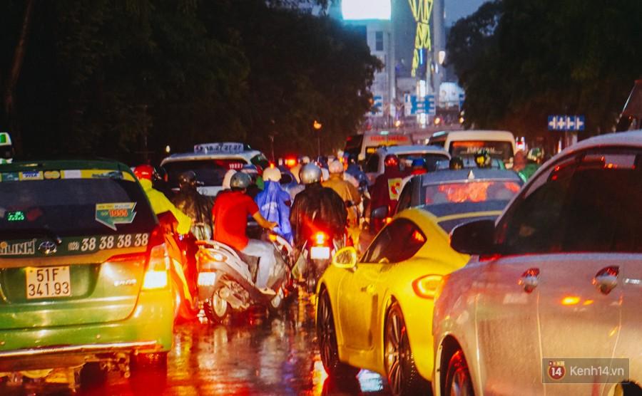 Cửa ngõ sân bay Tân Sơn Nhất ngập nước và kẹt xe kinh hoàng sau mưa lớn, người dân chôn chân hàng giờ đồng hồ - Ảnh 1.