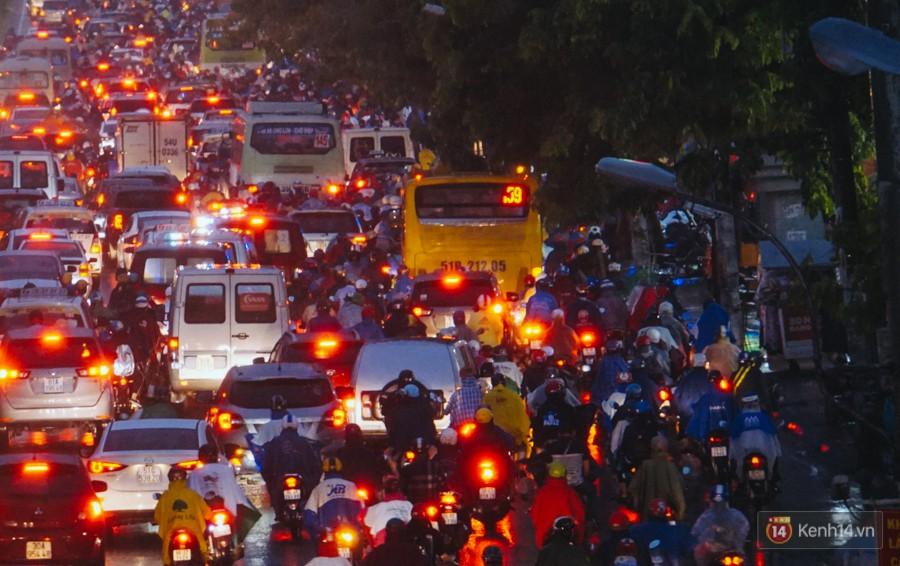 Cửa ngõ sân bay Tân Sơn Nhất ngập nước và kẹt xe kinh hoàng sau mưa lớn, người dân chôn chân hàng giờ đồng hồ - Ảnh 3.