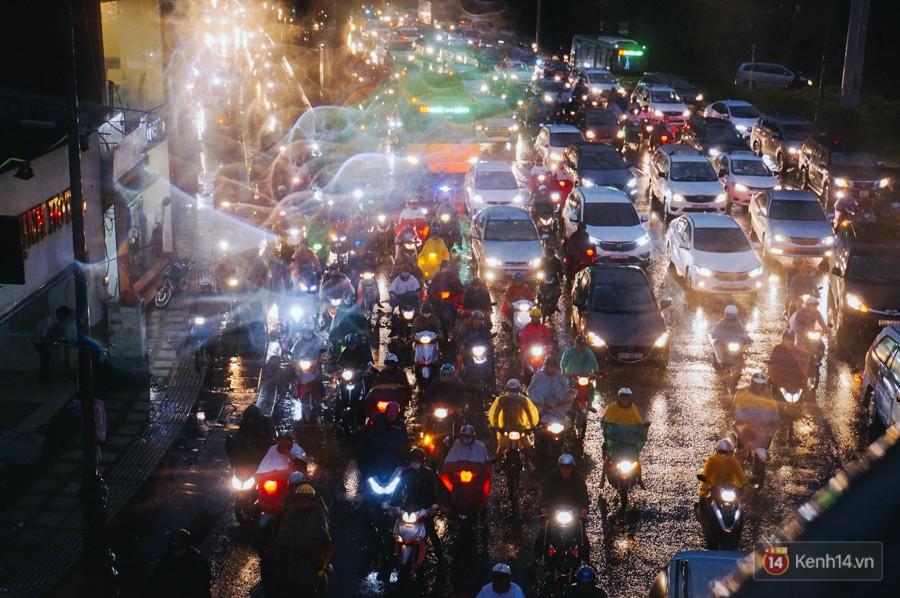 Cửa ngõ sân bay Tân Sơn Nhất ngập nước và kẹt xe kinh hoàng sau mưa lớn, người dân chôn chân hàng giờ đồng hồ - Ảnh 4.
