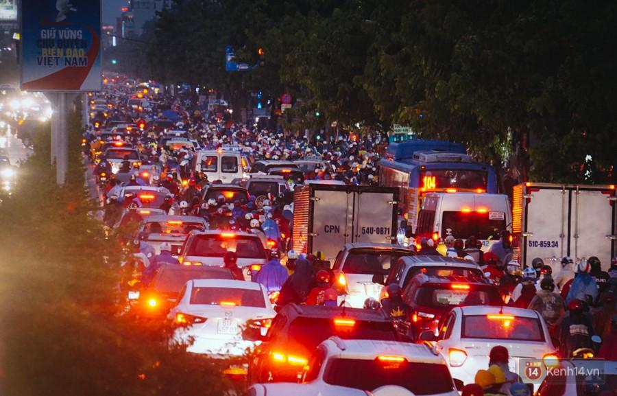 Cửa ngõ sân bay Tân Sơn Nhất ngập nước và kẹt xe kinh hoàng sau mưa lớn, người dân chôn chân hàng giờ đồng hồ - Ảnh 5.