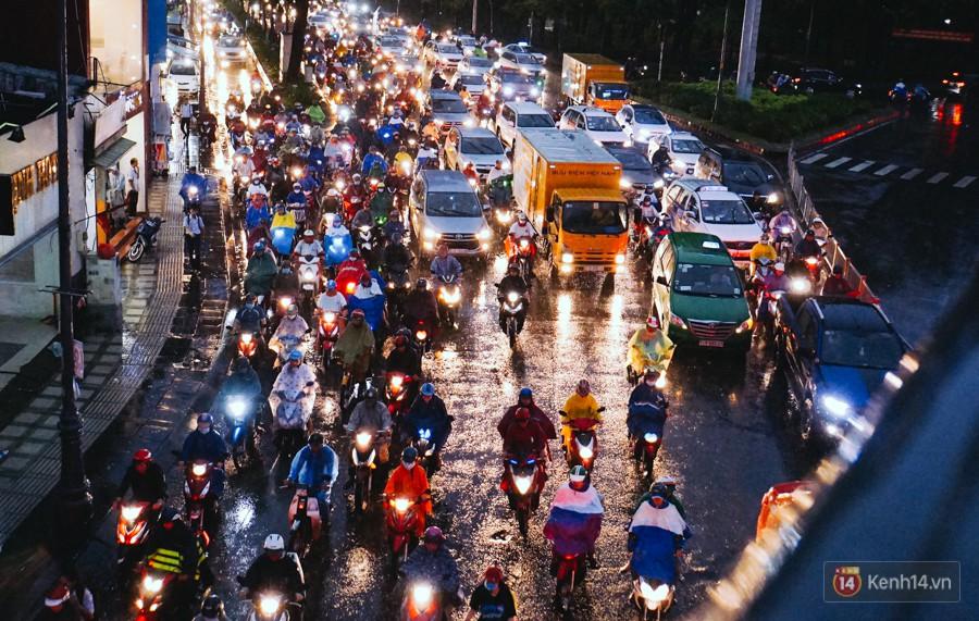 Cửa ngõ sân bay Tân Sơn Nhất ngập nước và kẹt xe kinh hoàng sau mưa lớn, người dân chôn chân hàng giờ đồng hồ - Ảnh 6.