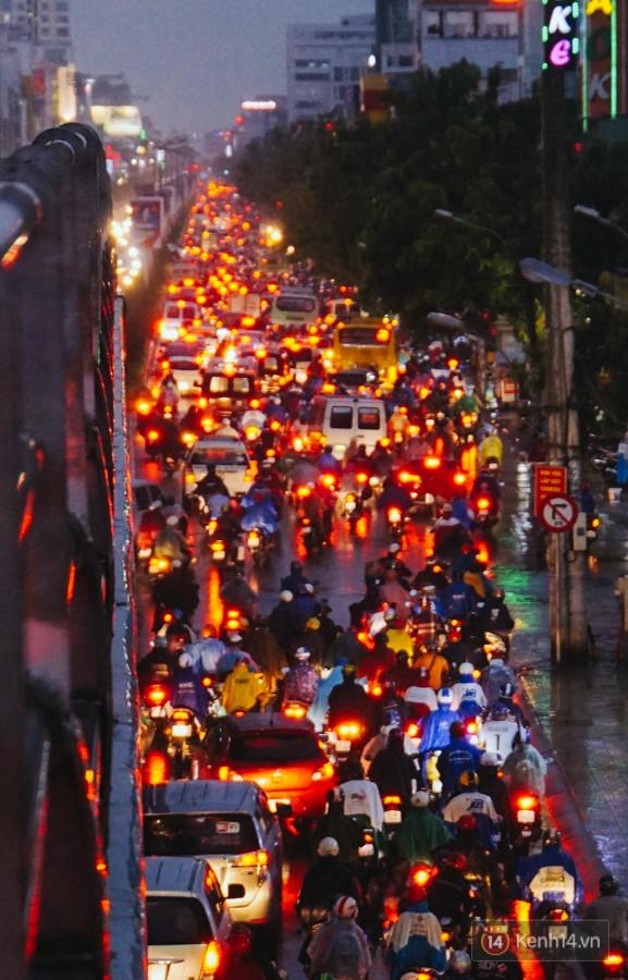 Cửa ngõ sân bay Tân Sơn Nhất ngập nước và kẹt xe kinh hoàng sau mưa lớn, người dân chôn chân hàng giờ đồng hồ - Ảnh 7.
