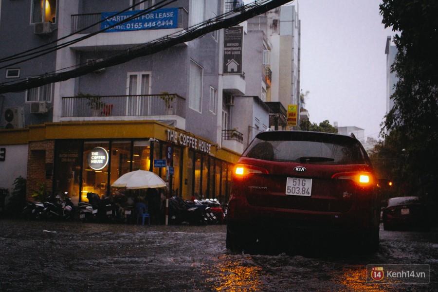 Cửa ngõ sân bay Tân Sơn Nhất ngập nước và kẹt xe kinh hoàng sau mưa lớn, người dân chôn chân hàng giờ đồng hồ - Ảnh 8.