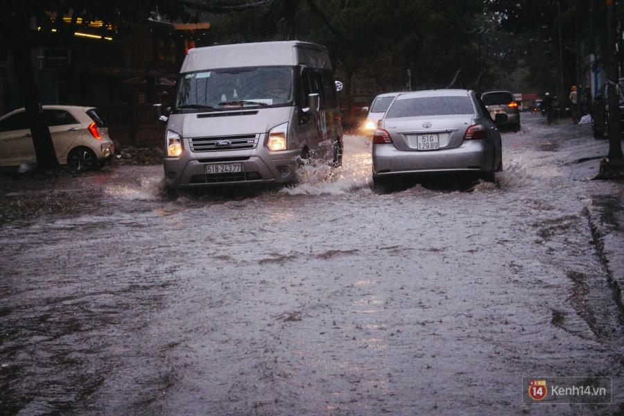 Cửa ngõ sân bay Tân Sơn Nhất ngập nước và kẹt xe kinh hoàng sau mưa lớn, người dân chôn chân hàng giờ đồng hồ - Ảnh 9.