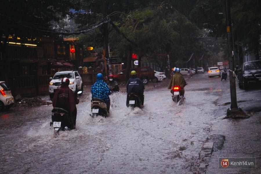 Cửa ngõ sân bay Tân Sơn Nhất ngập nước và kẹt xe kinh hoàng sau mưa lớn, người dân chôn chân hàng giờ đồng hồ - Ảnh 10.
