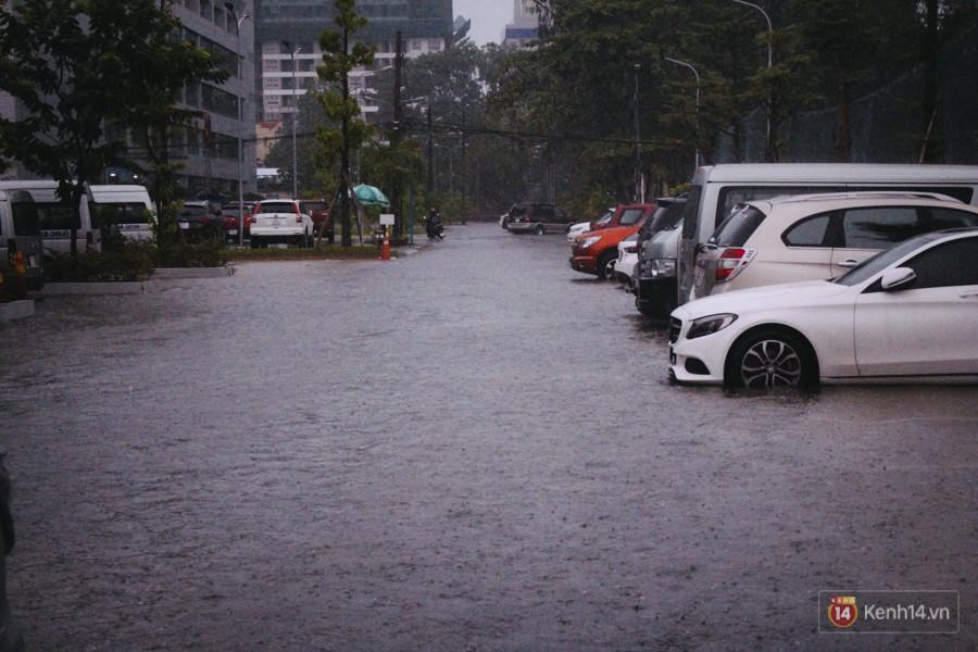 Cửa ngõ sân bay Tân Sơn Nhất ngập nước và kẹt xe kinh hoàng sau mưa lớn, người dân chôn chân hàng giờ đồng hồ - Ảnh 11.