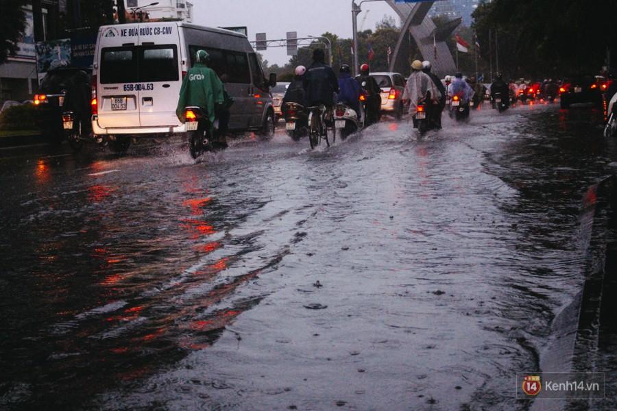 Cửa ngõ sân bay Tân Sơn Nhất ngập nước và kẹt xe kinh hoàng sau mưa lớn, người dân chôn chân hàng giờ đồng hồ - Ảnh 13.