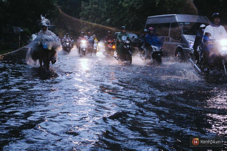 Cửa ngõ sân bay Tân Sơn Nhất ngập nước và kẹt xe kinh hoàng sau mưa lớn, người dân chôn chân hàng giờ đồng hồ - Ảnh 14.