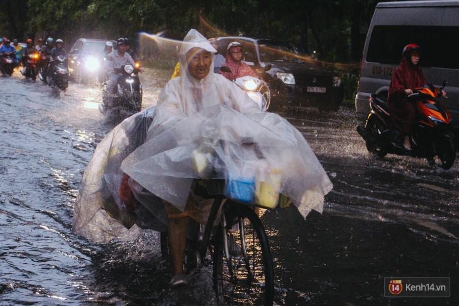 Cửa ngõ sân bay Tân Sơn Nhất ngập nước và kẹt xe kinh hoàng sau mưa lớn, người dân chôn chân hàng giờ đồng hồ - Ảnh 15.