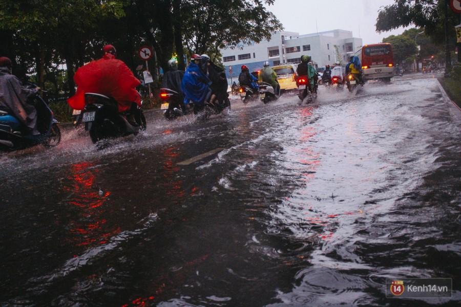 Cửa ngõ sân bay Tân Sơn Nhất ngập nước và kẹt xe kinh hoàng sau mưa lớn, người dân chôn chân hàng giờ đồng hồ - Ảnh 16.