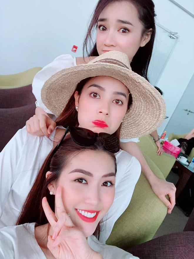 Học sao Việt cách chọn và kết hợp mũ cói sao cho thật duyên dáng khi diện cùng trang phục hè - Ảnh 10.