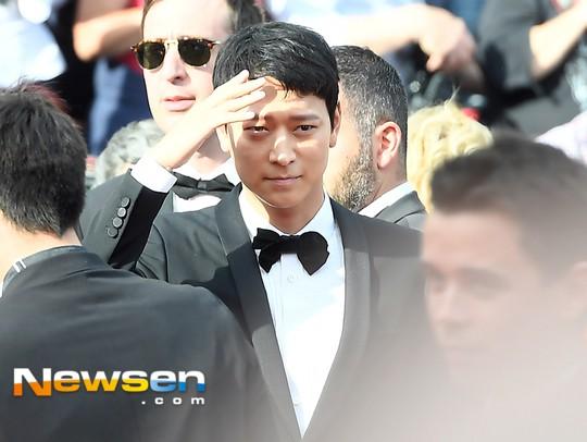 Thánh sống Kang Dong Won bỗng gây sốt vì... che nắng cũng đẹp như một thước phim tại thảm đỏ Cannes - Ảnh 3.