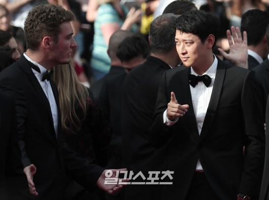 Thánh sống Kang Dong Won bỗng gây sốt vì... che nắng cũng đẹp như một thước phim tại thảm đỏ Cannes - Ảnh 8.