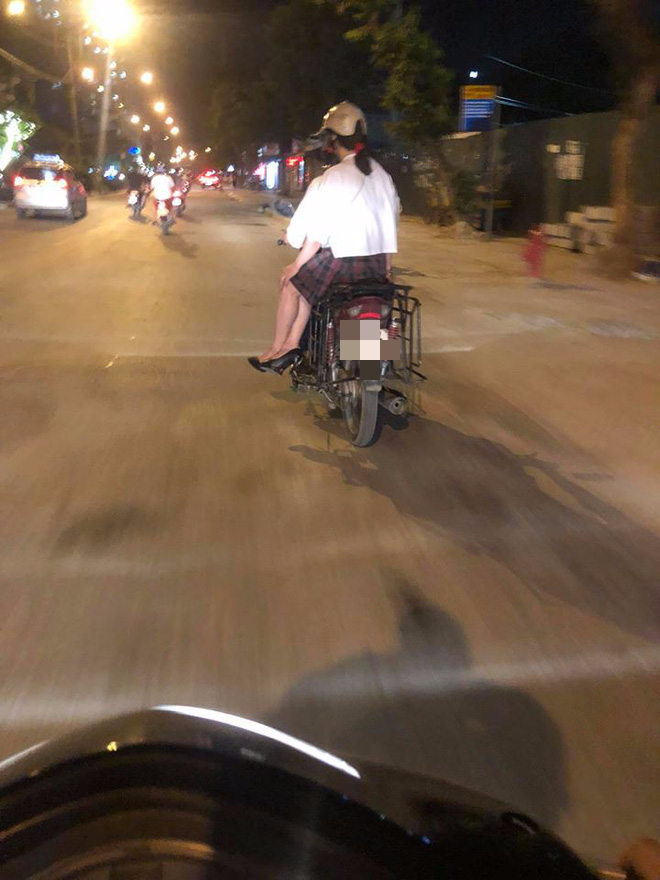 Thanh niên dùng xe máy cũ lắp giá sắt chở hàng vẫn tự tin đèo bạn gái đi chơi - Ảnh 2.
