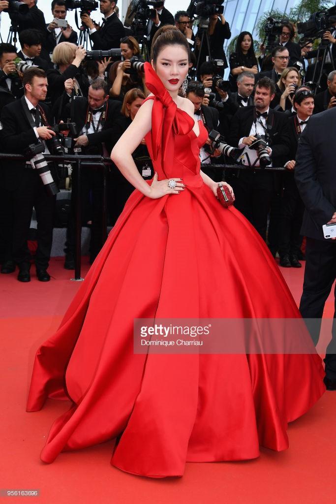 Sau váy áo Lọ Lem, Lý Nhã Kỳ tóc thắt bím hóa Báo đen quyền lực trên thảm đỏ Cannes ngày 2 - Ảnh 14.