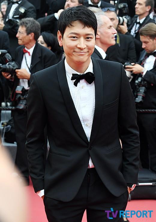 Thánh sống Kang Dong Won bỗng gây sốt vì... che nắng cũng đẹp như một thước phim tại thảm đỏ Cannes - Ảnh 14.