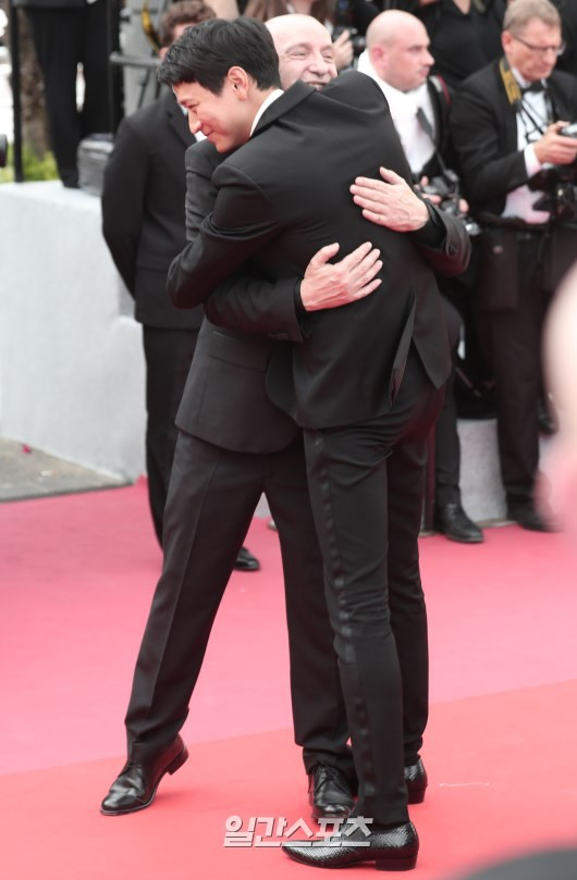 Thánh sống Kang Dong Won bỗng gây sốt vì... che nắng cũng đẹp như một thước phim tại thảm đỏ Cannes - Ảnh 11.