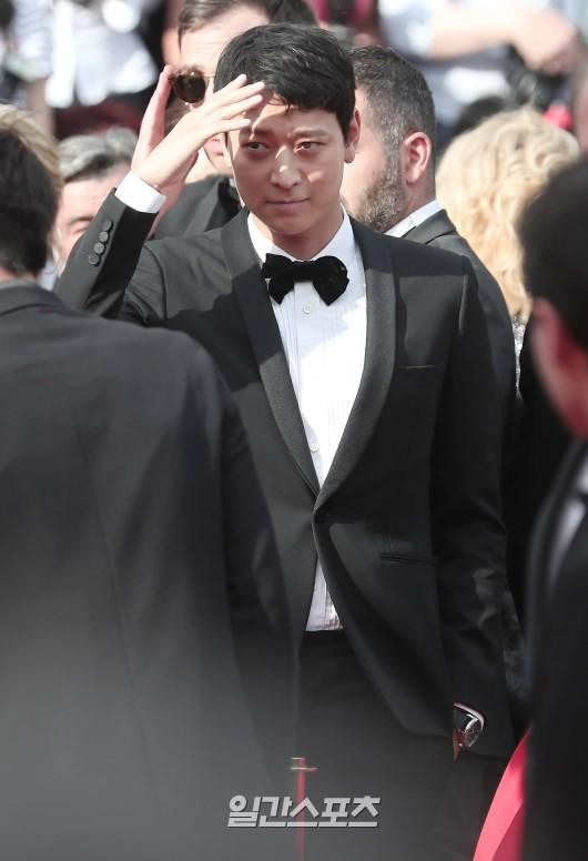 Thánh sống Kang Dong Won bỗng gây sốt vì... che nắng cũng đẹp như một thước phim tại thảm đỏ Cannes - Ảnh 5.