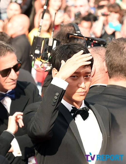 Thánh sống Kang Dong Won bỗng gây sốt vì... che nắng cũng đẹp như một thước phim tại thảm đỏ Cannes - Ảnh 4.