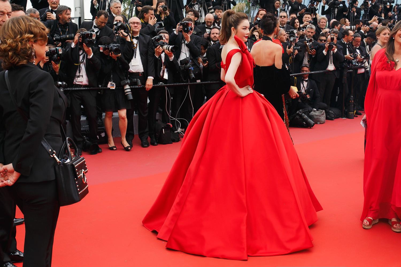 Mới ngày đầu tại Cannes, Lý Nhã Kỳ đã khoe trọn vòng một căng tràn trên thảm đỏ - Ảnh 3.