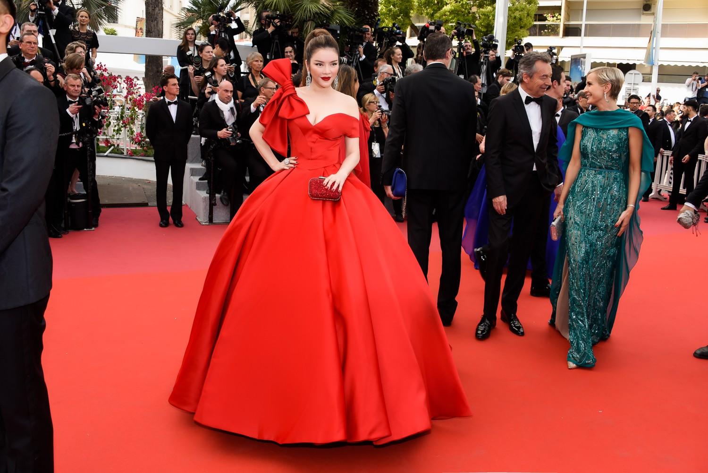 Mới ngày đầu tại Cannes, Lý Nhã Kỳ đã khoe trọn vòng một căng tràn trên thảm đỏ - Ảnh 4.