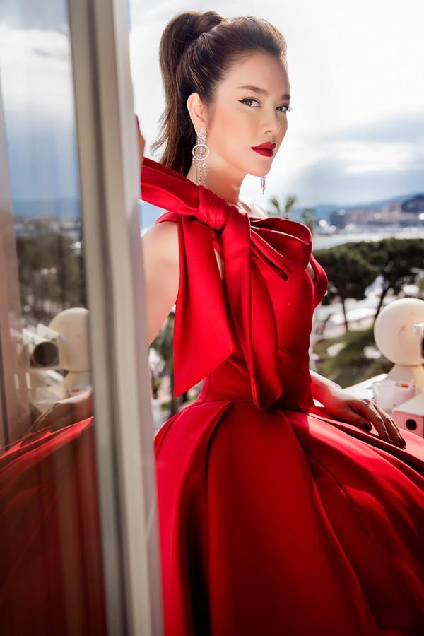 Mới ngày đầu tại Cannes, Lý Nhã Kỳ đã khoe trọn vòng một căng tràn trên thảm đỏ - Ảnh 14.