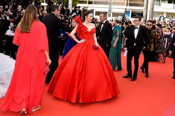 Mới ngày đầu tại Cannes, Lý Nhã Kỳ đã khoe trọn vòng một căng tràn trên thảm đỏ - Ảnh 6.