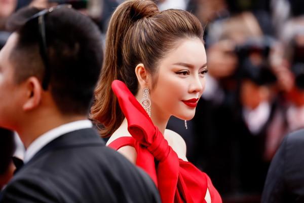 Mới ngày đầu tại Cannes, Lý Nhã Kỳ đã khoe trọn vòng một căng tràn trên thảm đỏ - Ảnh 7.