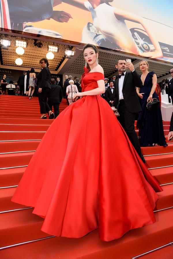 Mới ngày đầu tại Cannes, Lý Nhã Kỳ đã khoe trọn vòng một căng tràn trên thảm đỏ - Ảnh 8.