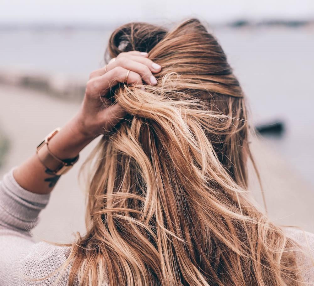 Đừng làm những việc này nếu không muốn mụn mọc tràn lan trên da đầu - Ảnh 3.