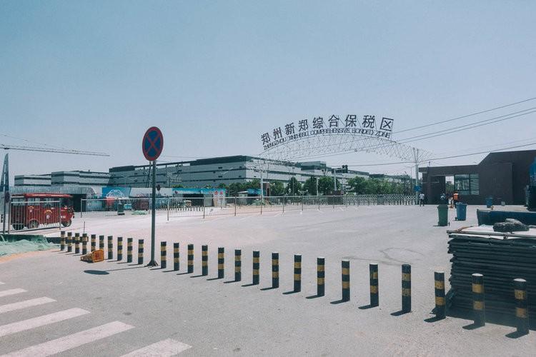 Mục sở thị kinh đô iPhone ở Trung Quốc: Tưởng là nhà máy thôi nhưng hóa ra thứ gì cũng có! - Ảnh 1.