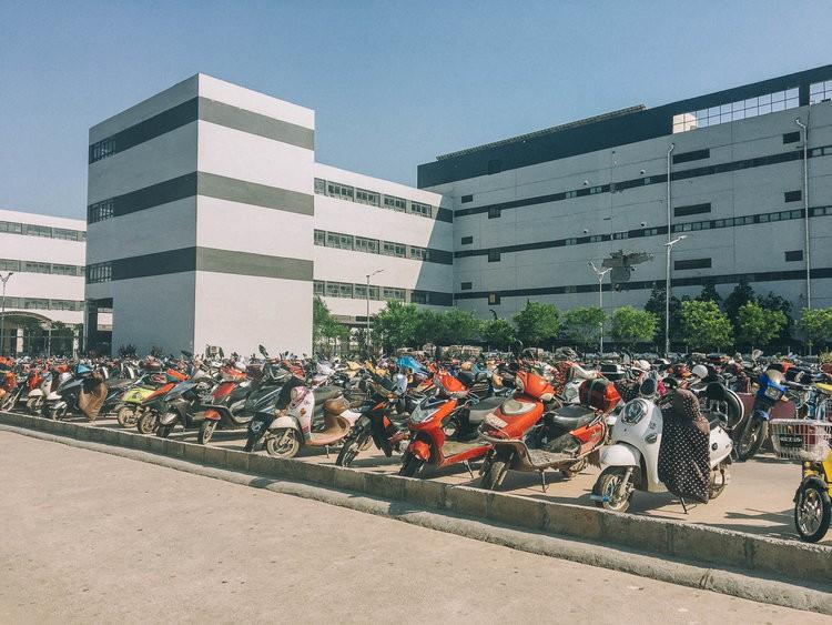 Mục sở thị kinh đô iPhone ở Trung Quốc: Tưởng là nhà máy thôi nhưng hóa ra thứ gì cũng có! - Ảnh 5.