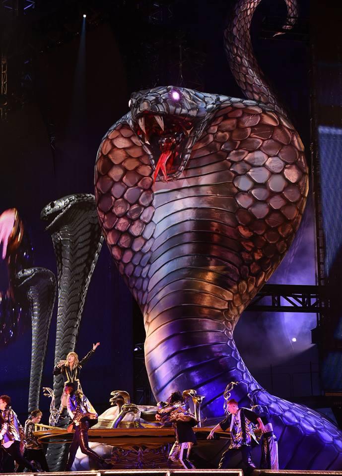 Taylor Swift chính thức khởi động tour diễn khủng: Rắn to, rắn bé, rắn khắp mọi nơi! - Ảnh 1.