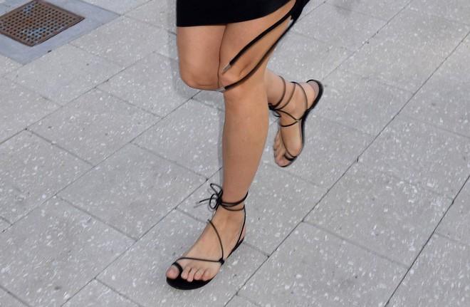 4 kiểu sandals hè vừa thoáng chân lại vừa giúp bạn khắc phục nhiều nhược điểm - Ảnh 16.