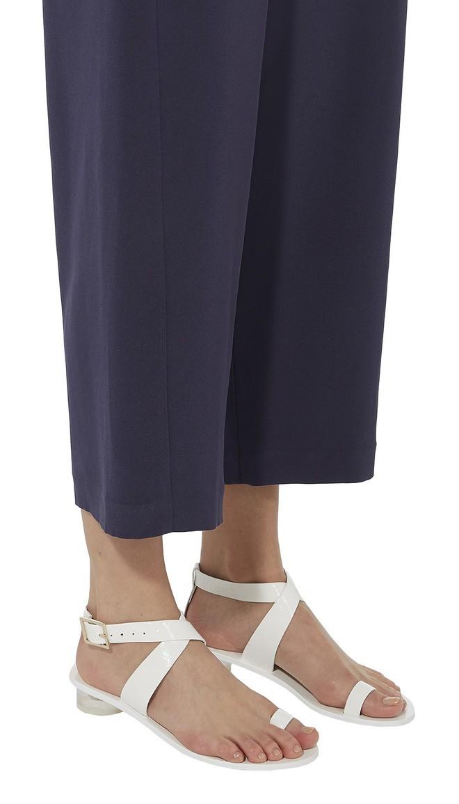 4 kiểu sandals hè vừa thoáng chân lại vừa giúp bạn khắc phục nhiều nhược điểm - Ảnh 18.