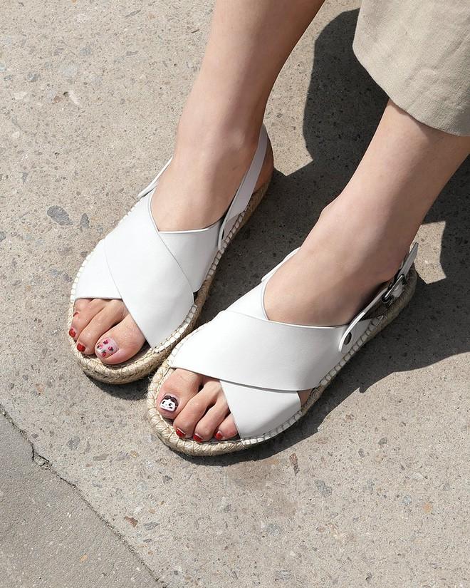 4 kiểu sandals hè vừa thoáng chân lại vừa giúp bạn khắc phục nhiều nhược điểm - Ảnh 20.