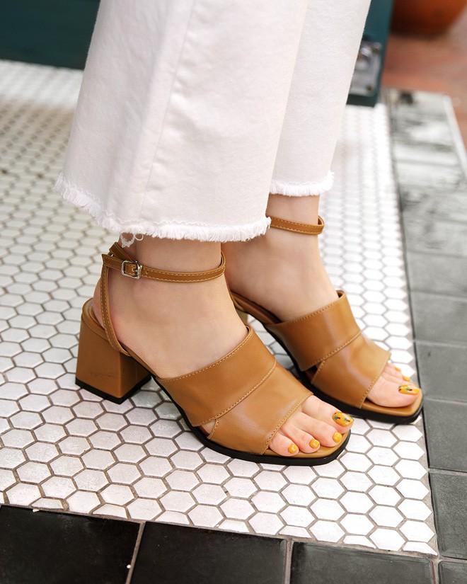 4 kiểu sandals hè vừa thoáng chân lại vừa giúp bạn khắc phục nhiều nhược điểm - Ảnh 10.
