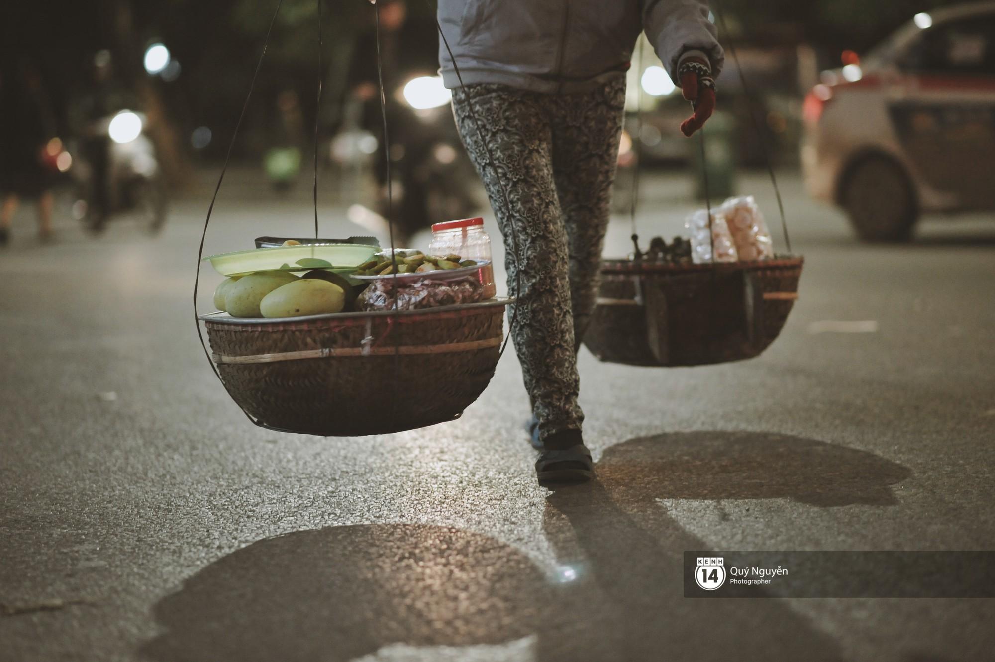 Chùm ảnh: Hà Nội giá rét 10 độ, một chiếc thùng carton hay manh áo mưa cũng khiến người lao động nghèo ấm hơn - Ảnh 17.