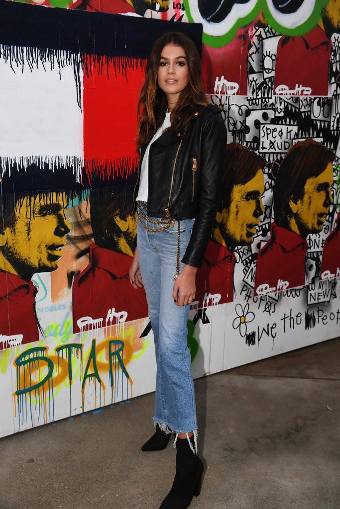 Mới 16 tuổi đã mặc đẹp thế này, Kaia Gerber hẳn sẽ sớm trở thành ngôi sao street style không kém cửa Kendall, Gigi - Ảnh 7.