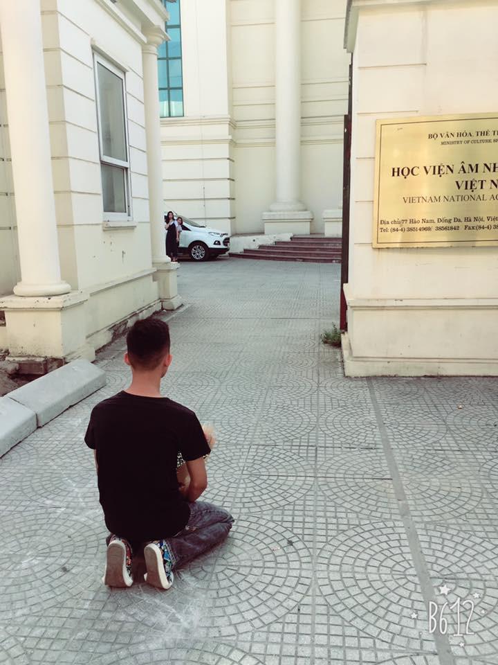 Hà Nội: Thanh niên lại tới quỳ ở cổng Nhạc viện từ sáng tới tối chờ bạn gái, lần này định bùng luôn tiền GrabBike